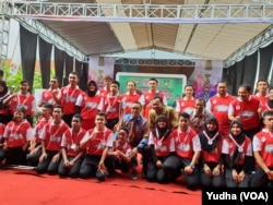 Menpora, Imam Nahrawi berfoto bersama siswa dan guru/pelatih saat meresmikan Sekolah Khusus Olahraga Disabilitas Indonesia SKODI pertama, di Solo, Kamis (20/12). (Foto: VOA/Yudha)