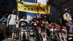 有些父母推着小孩儿参加香港7月29日大游行