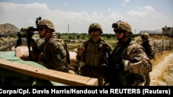 Američki marinci na jednom od ulaza na aerodrom Hamid Karzai u Kabulu