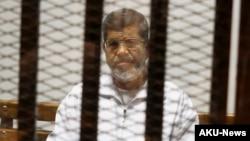 دا لومړی ځل دی چې یوه محکمه د مصر یو پخوانی منتخب ولسمشر په ۲۰ کلونو بند محکوموي، خو دا د محکمې وروستۍ پرېکړه نه ده.