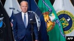 Başkan Biden, Virginia eyaletindeki McLean'de bulunan Ulusal İstihbarat Dairesi Başkanlığı'na yaptığı ziyaretten ayrılırken