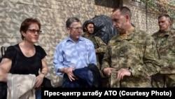 Курт Волкер (у цивільному) під час відвідин сходу України, 23 липня 2017 року, фото прес-центру штабу АТО