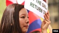 藏人示威者呼籲中國政府允許達賴喇嘛返回西藏。 (美國之音章真拍攝)