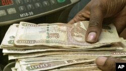 Currency dealer counts Kenya shillings at a money exchange counter in Nairobi, Oct. 2008 (file photo).