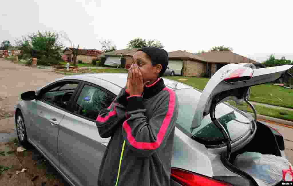 Menique Waites mira los destrozos que provocaron los tornados en su hogar en Lancaster, Texas. (Reuters)