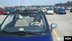 """Sydney Moore en el Fiat 500, una experiencia """"divertida"""", la de """"de sentir el mundo en las ruedas del Fiat 500""""."""
