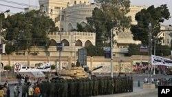 Египетская армия охраняет президентскую резиденцию в каире. египет, 9 декабря 2012 года