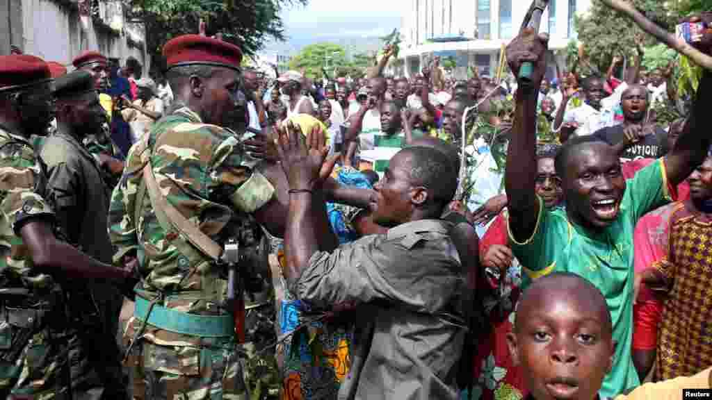 Bamwe mu banyagihugu bari mw'ibarabara Jenerali Niyombare akivuga ko yafashe ubutegetsi ku igenekerezo rya 13/5/2015