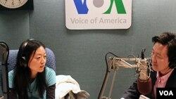 미국의 소리 방송 스튜디오에서 인터뷰 중인 유나 리 기자(왼쪽). (자료사진)