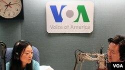 3일 미국의 소리 방송 스튜디오에서 인터뷰 중인 유나 리 기자 (왼쪽).