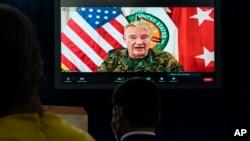 General Frank McKenzie, comandante do Comando Central dos Estados Unidos faz o anúncio da saída das tropas
