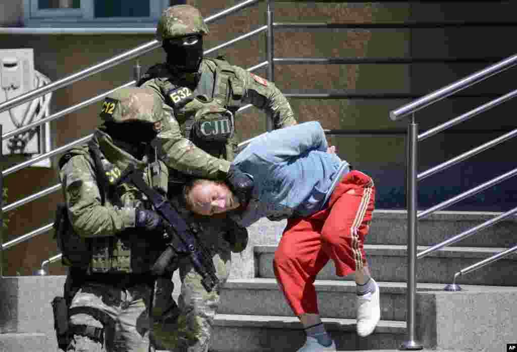 پولیس بوسنیا یک مرد مظنون به دهشت افگنی را به سوی محکمه می برد.