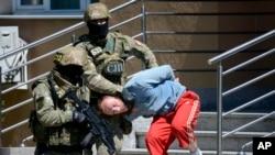 Policías bosnios ecoltan a un sospechoso de tener vínculos con extremistas islámicos, en la ciudad de Banja Luka, Bosnia.
