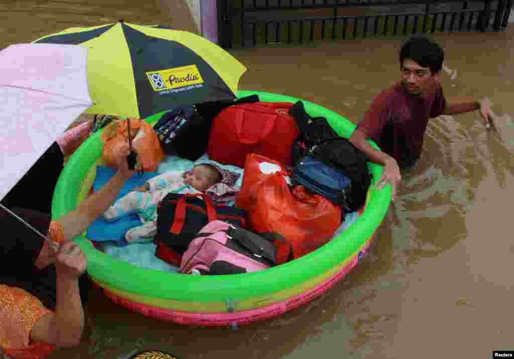 İndoneziya - Sakinlər daşqınlar səbəbindən evakuasiya olunur