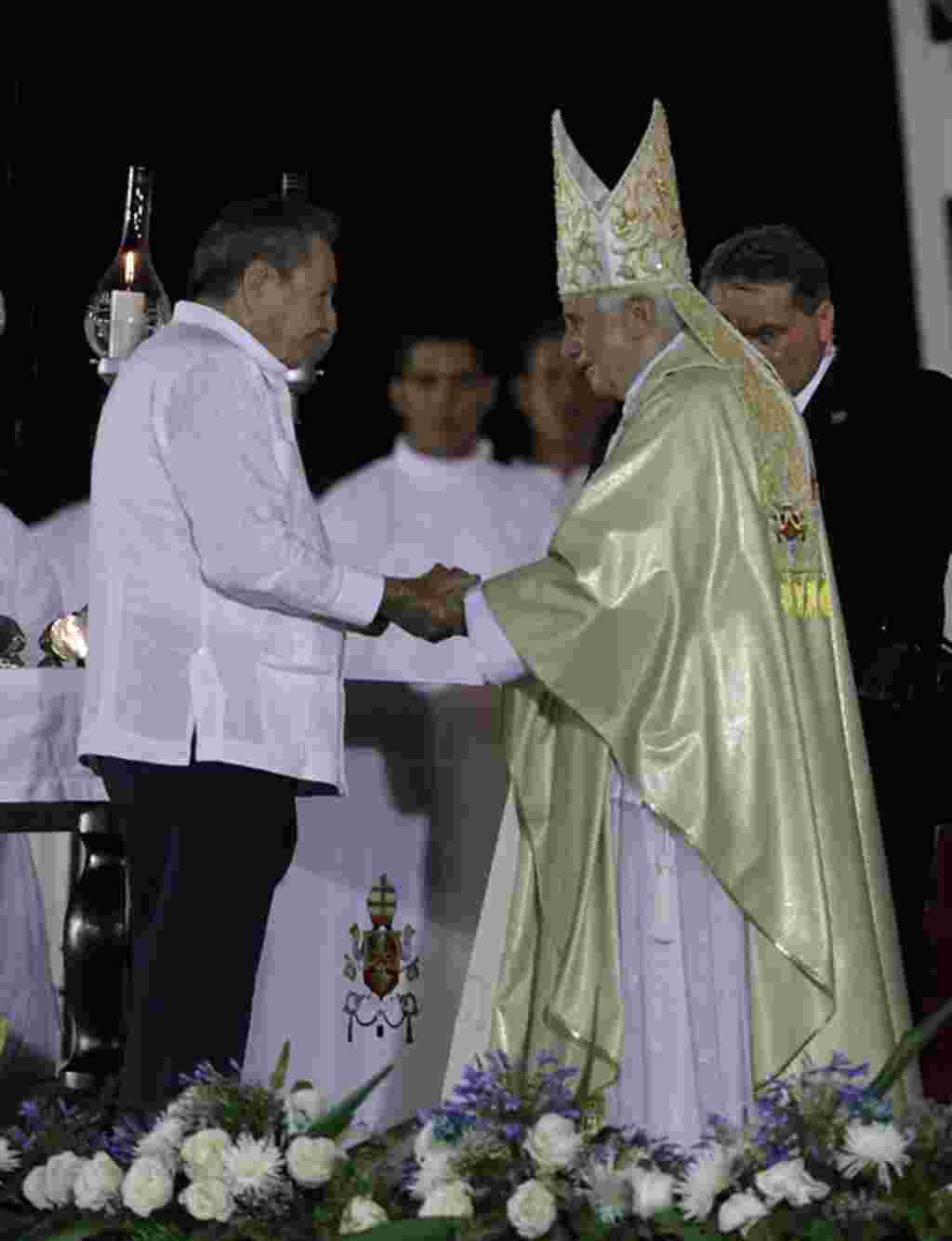 El presidente cubano, Raúl Castro, saluda al papa Benedicto XVI tras la misa en la Plaza de la Revolución en Santiago de Cuba. (AP Photo/Javier Galeano)