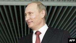 Thủ tướng Nga Vladimir Putin nói chuyện với các phóng viên ở Moscow, 13/4/2011