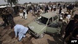 Пакистанские спецслужбы и журналисты на месте теракта