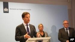 Премьер-министр Нидерландов Марк Ритте и министр иностранных дел Франс Тиммерманс во время подписания соглашения