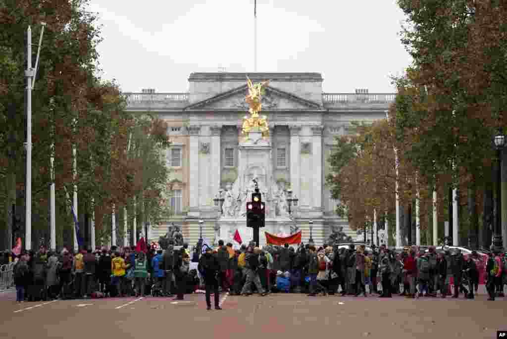 Manifestantes por el cambio climático bloquean el centro comercial que conduce al Palacio de Buckingham, en Londres, el lunes 7 de octubre de 2019. Foto de AP.