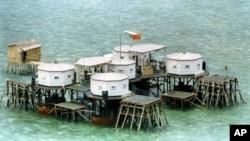 中国在斯普拉特利群岛中的一个岛屿上竖起国旗和卫星天线