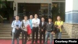 廣州維權律師吳魁明及網友在廣州花都區看守所尋找楊霆劍 (圖片來自參與網)