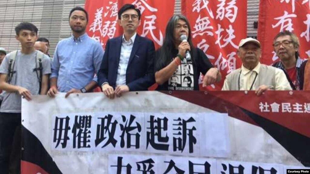 社民连主席吴文远(中)与支持者在法庭外 (社媒群组图片/妮可拍摄)