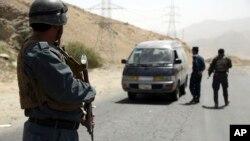 지난 8월 아프가니스탄 카불 서부 가자니 고속도로의 검문소에서 아프간군이 차량을 수색하고 있다. (자료사진)