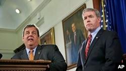 Gubernur New Jersey Chris Christie (kiri) memilih jaksa agung New Jersey, Jeffrey Chiesa menggantikan Senator Frank Lautenberg yang meninggal dunia, hari Kamis (6/6).