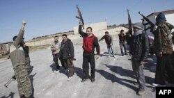Các thành viên nhóm nổi dậy tập sử dụng võ khí trong vùng ngoại ô của Idlib, Syria trong khi lực lượng chính phủ lại mở cuộc tấn công thành phố nổi dậy Homs