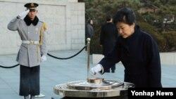 박근혜 한국 대통령이 광복 70주년을 맞는 을미년 새해 첫날인 1일 서울 동작구 국립서울현충원을 찾아 순국선열과 호국영령을 기리며 분향하고 있다.