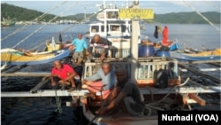 KP. Hiu Macan 002 milik Kementerian Kelautan dan Perikanan menangkap 1 Pumb Boat illegal ditangkap di perairan Maluku (Foto: VOA/Nurhadi)