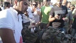 یک کارمند صلیب سرخ در لبنان پس از انفجار بمبی که کاروان سربازان فرانسوی را هدف گرفته بود، در صحنه دیده می شود. ۲۶ ژوئیه ۲۰۱۱