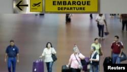 Aeropuerto Simón Bolívar en las afueras de Caracas. Los vuelos deberían salir llenos pero van medio vacíos.