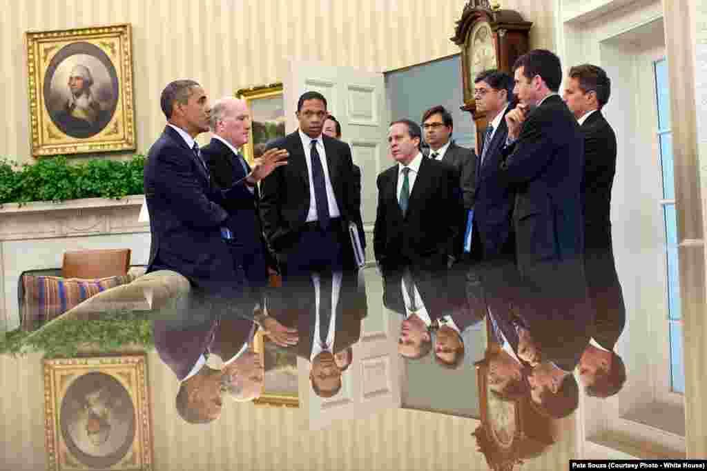 Le président Barack Obama et ses conseillers lors d'une réunion dans le bureau Oval, à Washington, le 7 juillet 2011. (Official White House Photo by Pete Souza)