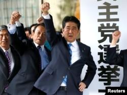 아베 신조 일본 총리가 28일 중의원을 공식 해산한 후, 도쿄 자민당 당사에서 소속 의원들과 다음달 22일 총선거 승리를 다짐하고 있다.