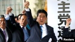 Thủ tướng Nhật Abe và các nhà lập pháp cùng đảng quyết tâm thắng trong bầu cử Hạ viện, 28/9/2017.