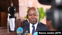 Le ministre gabonais des affaires étrangères Alain Claude Bilie By Nze au Palais présidentiel le 7 mai 2018 à Libreville, au Gabon. (Photo by Steeve Jordan / AFP)