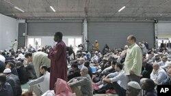 Muslim Perancis menghadiri pengajian di Paris.