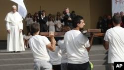 Đức Giáo Hoàng Phanxicô chờ nhóm thành niên khiêng chiếc Thánh giá trong một cuộc họp với giới trẻ ở Turin, Ý, 21/6/15