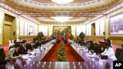 Delegasi Tiongkok yang dipimpin oleh Presiden Hu Jintao (kiri) dan delegasi Afrika Selatan yang dipimpin Presiden Jacob Zuma dalam upacara pembukaan Forum Kerjasama Tiongkok-Afrika di Balai Rakyat Tiongkok (18/7).