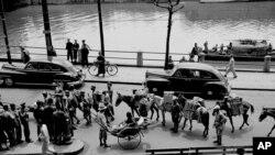 历史照片:共产党军队攻入上海前,行人和国民党军队走在上海的街道上。(1949年5月6日)