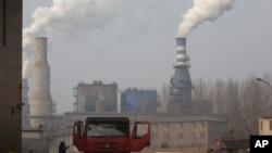 資料照片:一輛卡車離開了位於中國北部河北省遷安市的九江鋼鐵廠和軋鋼廠的一個龐大的廠區。 (2016年12月30日)