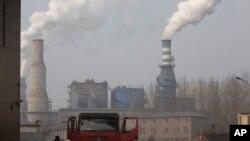 Sebuah pabrik baja di Qianan, Hebei, China utara (foto: ilustrasi). WMO melaporkan konsentrasi CO2 di atmosfer melonjak dengan laju tercepat tahun lalu ke angka tertinggi dalam sejarah.