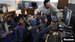 Các học sinh đang học computer tại trường Mashal ở ngoại ô Islambabad. Các học sinh này, từng là trẻ sống trên đường phố, phải rửa xe, bới rác, được nhận vào học tại trường Mashal, do một tổ chức phi lợi nhuận thành lập