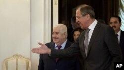 俄罗斯外交部长拉夫罗夫(右前)2013年2月25日在莫斯科欢迎叙利亚外交部长穆阿利姆(左)