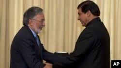 Menlu Afghanistan Zalmay Rasoul (kiri) dan PM Pakistan Raja Pervaiz Ashraf diIslamabad, Pakistan, 30 November 2012.