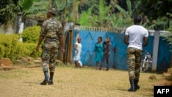 Des soldats patrouillent à Bafut dans la région anglophone du Nord-Ouest du Cameroun le 15 novembre 2017.