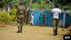 Des soldats patrouillent à Bafut dans la région anglophone du nord-ouest du Cameroun le 16 novembre 2017.