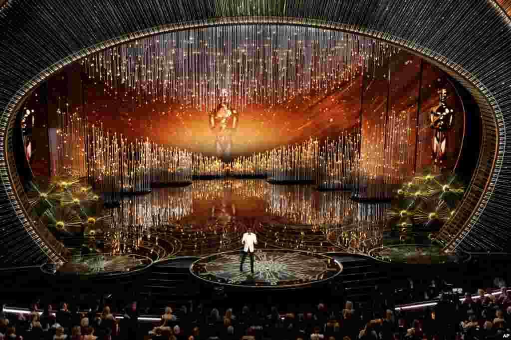 Chris Rock California'daki Dolby Tiyartrosu'ndaki Oscar Töreni'nde.