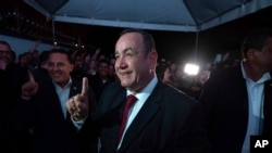 Alejandro Giammattei, candidato presidencial del partido Vamos, llega a la sede de su campaña durante las elecciones generales en Ciudad de Guatemala, el domingo 16 de junio de 2019.